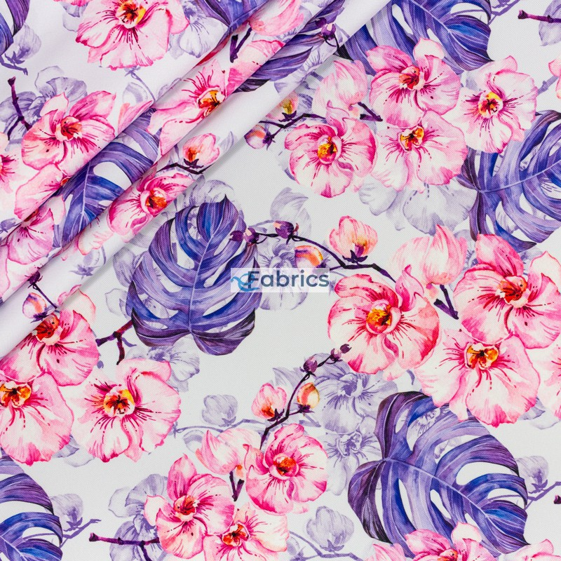 Kwiaty orchidei i liście monstery na liliowym tle