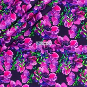 Amarantowe kwiaty na czarnym tle