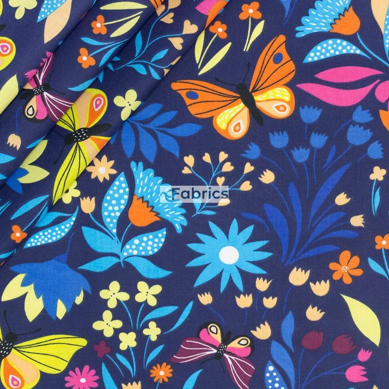 Motylki i kwiatki na granatowym tle