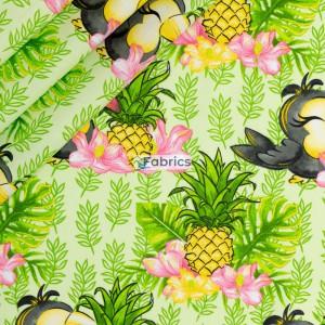 Tukany i ananasy na zielonym tle