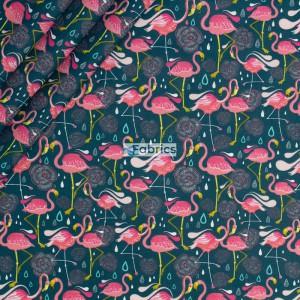 Flamingi na tle w kolorze butelkowej zieleni