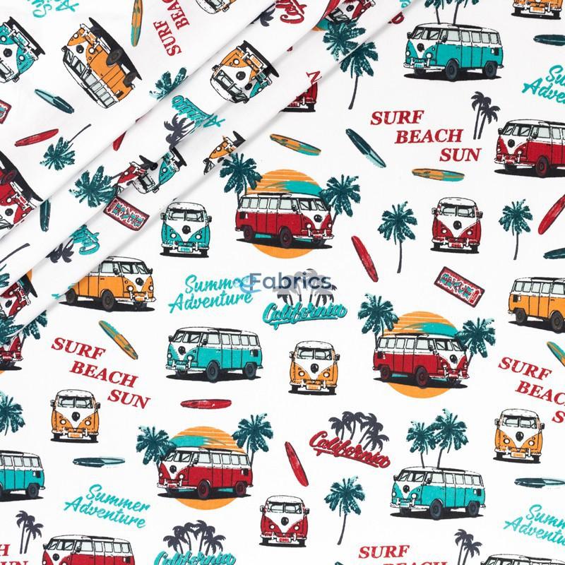 Wakacyjne autobusy i palmy na białym tle